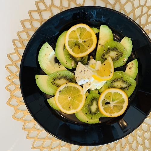 キウイとアボカドで栄養アップ!簡単オサレカプレーゼ