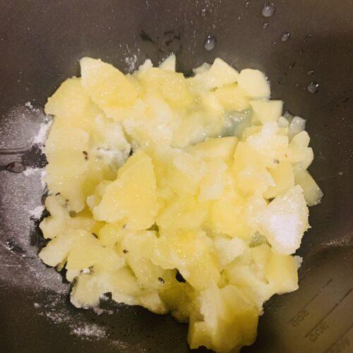 1、2枚を取り分けておき、残りのキウイはあられ切りにして耐熱ボウルに入れる。