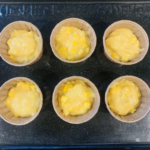 4 マフィン型に流し、180℃のオーブンで約25分焼き、冷めれば完成。