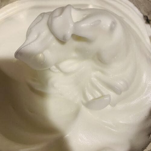 ① ボウルに卵白入れて泡立てる。ステビアヘルス(30g)を3回に分けて加えながら、ハンドミキサーでツノが立つまでしっかり泡立てメレンゲを作る。