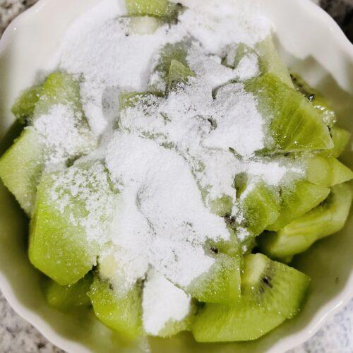 2 キウイは2個荒くみじん切りしてステビアヘルス20gを入れて軽く混ぜ、レンジ600wで3分熱して冷ましておく。 キウイ1個は飾り用に輪切りにしておく。