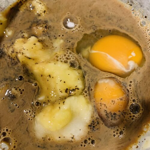 ④ ③に卵、ステビアヘルス、①の豆乳&紅茶の茶葉を加えてよく混ぜたら、②のオートミール、ベーキングパウダーを加えて混ぜ合わせる。