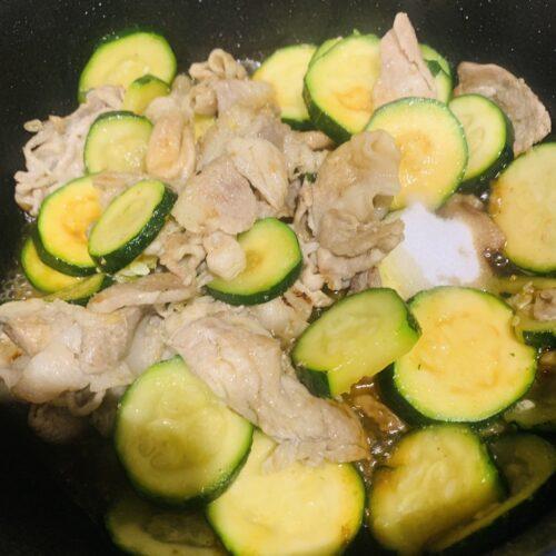 4 ズッキーニを加えてさっと炒め、◆調味料を加えて炒めたら完成♪