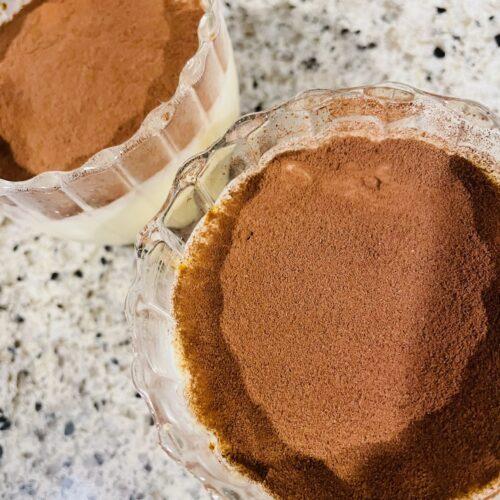豆腐クリームを流し入れて平らにならし、冷蔵庫で2時間以上冷やし、純ココアをふる。2