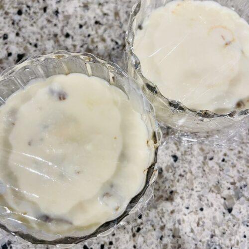 豆腐クリームを流し入れて平らにならし、冷蔵庫で2時間以上冷やし、純ココアをふる。