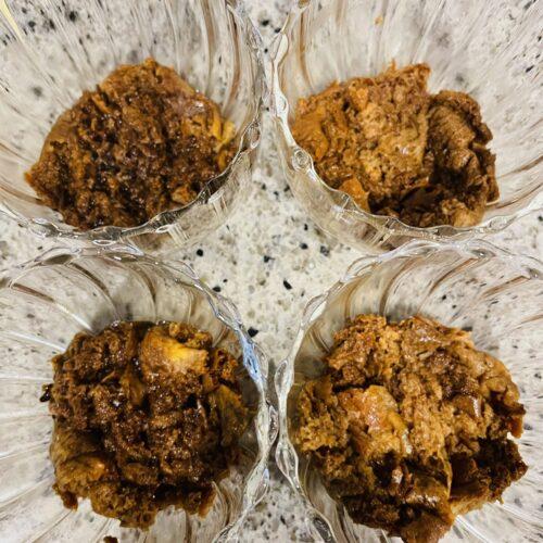 4 器にブランパンを小さくちぎりながら入れ、3を加えて混ぜ、スプーンで上から押さえて敷き詰める。