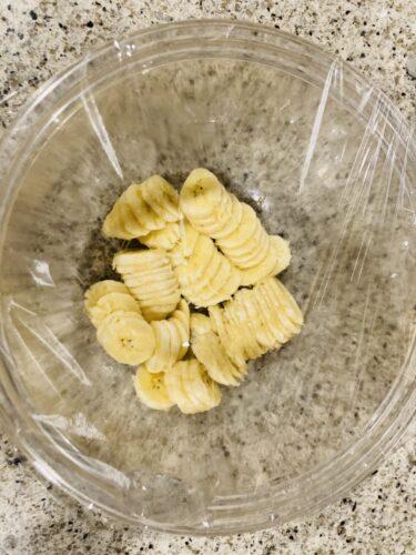 1 バナナは薄めにスライスして大きめの耐熱ボウルに入れ、ラップかけてレンジ600Wで2分40秒加熱する。