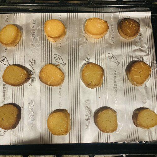 ③ 天板にクッキングシートを敷いてクッキー生地を並べ、180°Cに予熱したオーブンで20〜25分焼く。