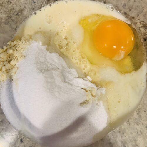 ① ボウルにアーモンドプードルとべーキングパウダー入れて、ステビアヘルスホワイト、ココナッツオイル、牛乳、卵を入れて泡立て器でなめらかになるまでよく混ぜる。1