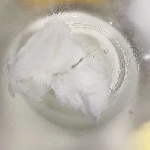 ココナッツオイル50gは湯せんにかけて溶かしながら