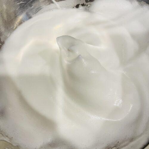 1 ボウルに卵白、レモン汁を入れてハンドミキサーで角がしっかり立つまで泡立て、メレンゲを作る。