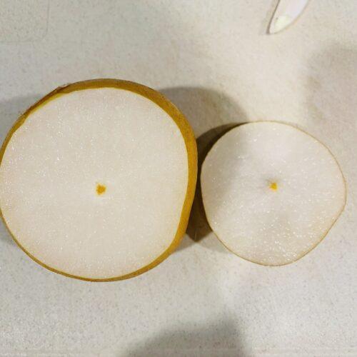 1 梨をよく洗い、ヘタから2cmくらいのところを切ってラップで包み、600Wのレンジで3分加熱する。