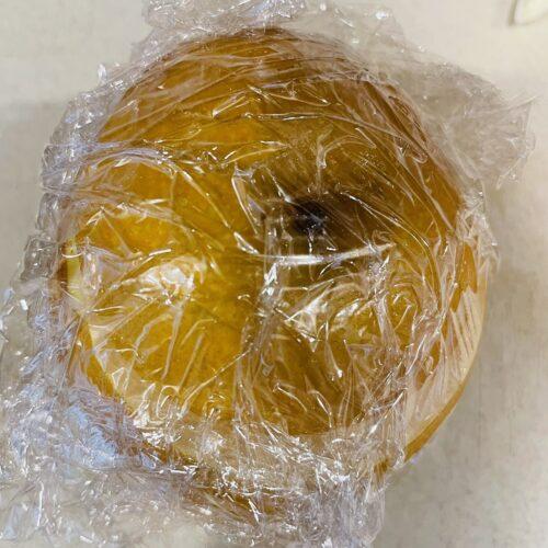 1 梨をよく洗い、ヘタから2cmくらいのところを切ってラップで包み、600Wのレンジで3分加熱する。2