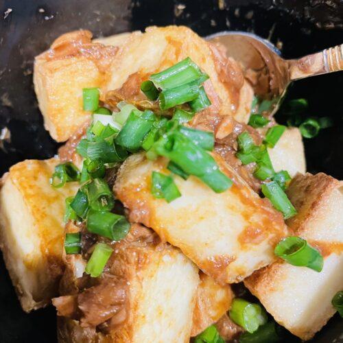 4 調味料を混ぜたボウルにツナ缶、焼いた厚揚げ、ねぎを加えてあえたら完成3
