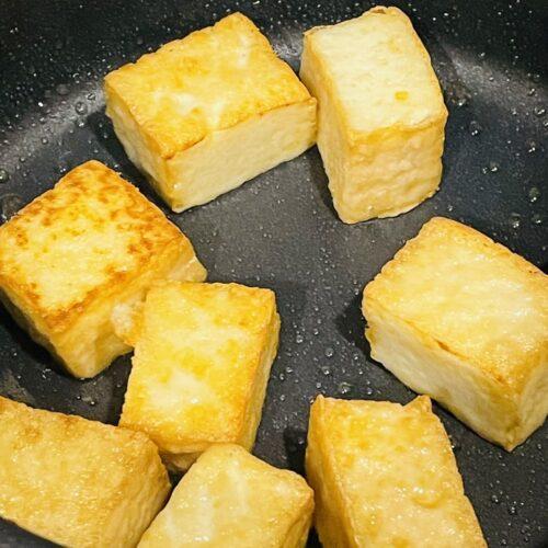 3 フライパンにサラダ油を入れて熱し、厚揚げを入れて転がしながらこんがりと焼く